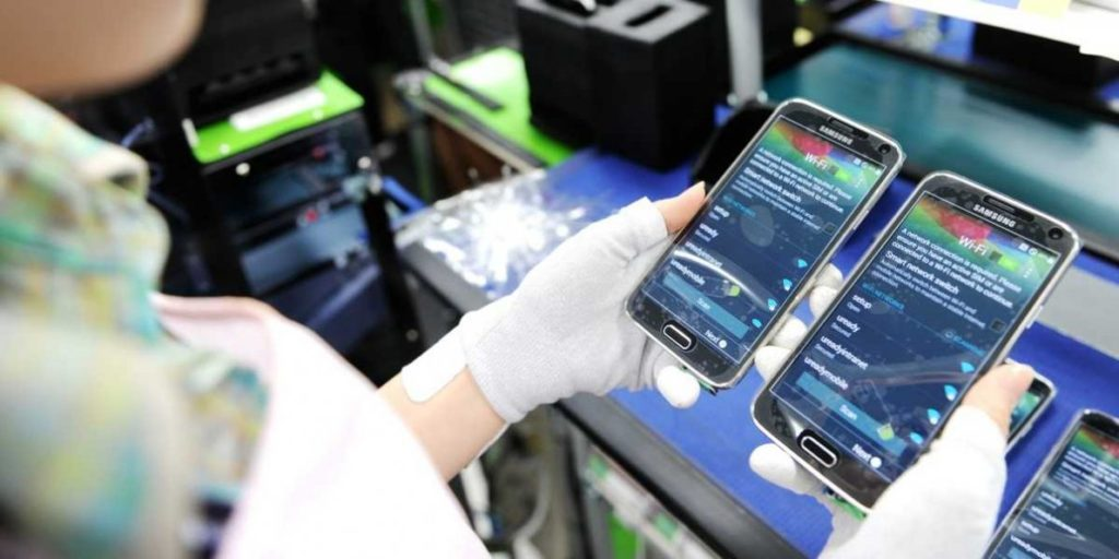 Samsung Assembling displays in its plant